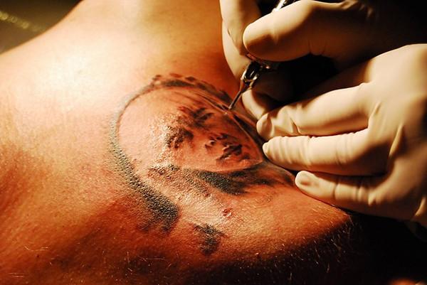Tatuowanie – To boleśniejsza wersja niezmywalnego długopisu