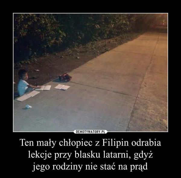 Ten mały chłopiec z Filipin odrabia lekcje przy blasku latarni, gdyżjego rodziny nie stać na prąd –