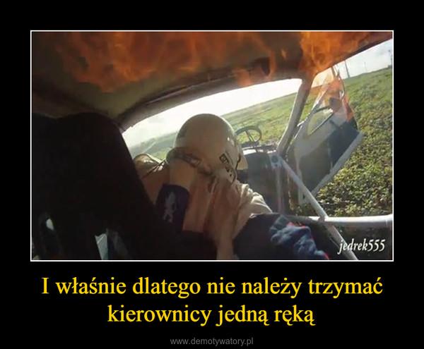 I właśnie dlatego nie należy trzymać kierownicy jedną ręką –