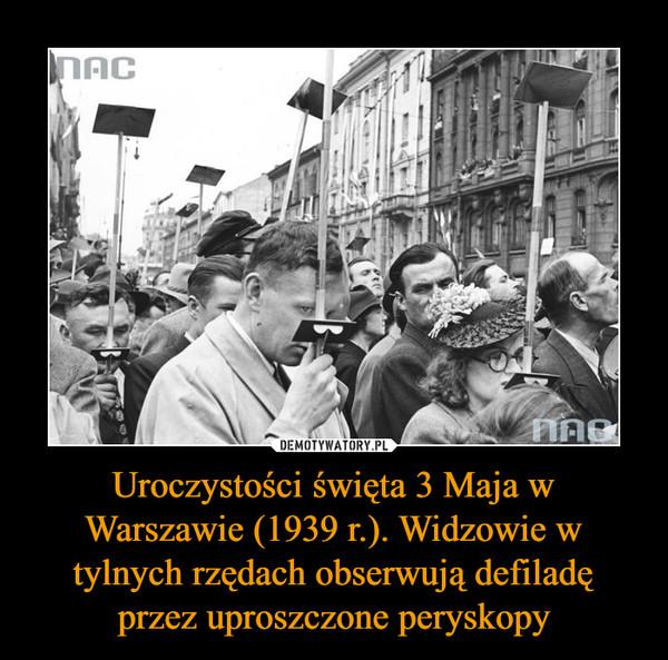 Uroczystości święta 3 Maja w Warszawie (1939 r.). Widzowie w tylnych rzędach obserwują defiladę przez uproszczone peryskopy –