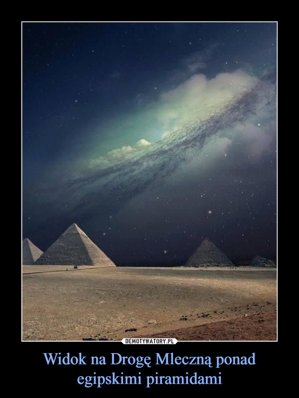 Widok na Drogę Mleczną ponad egipskimi piramidami –