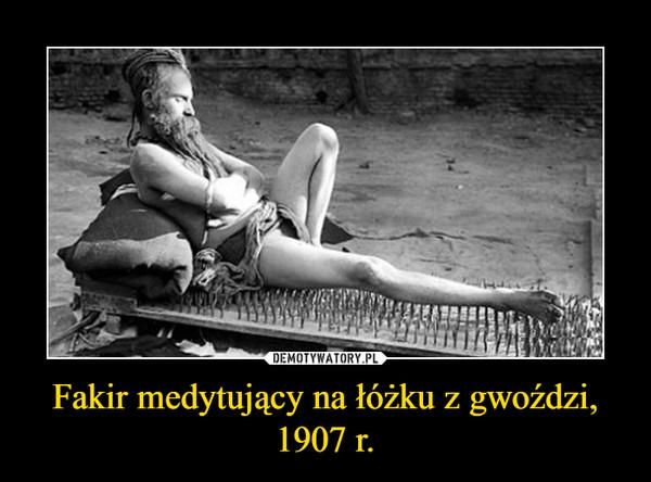 Fakir medytujący na łóżku z gwoździ,1907 r. –
