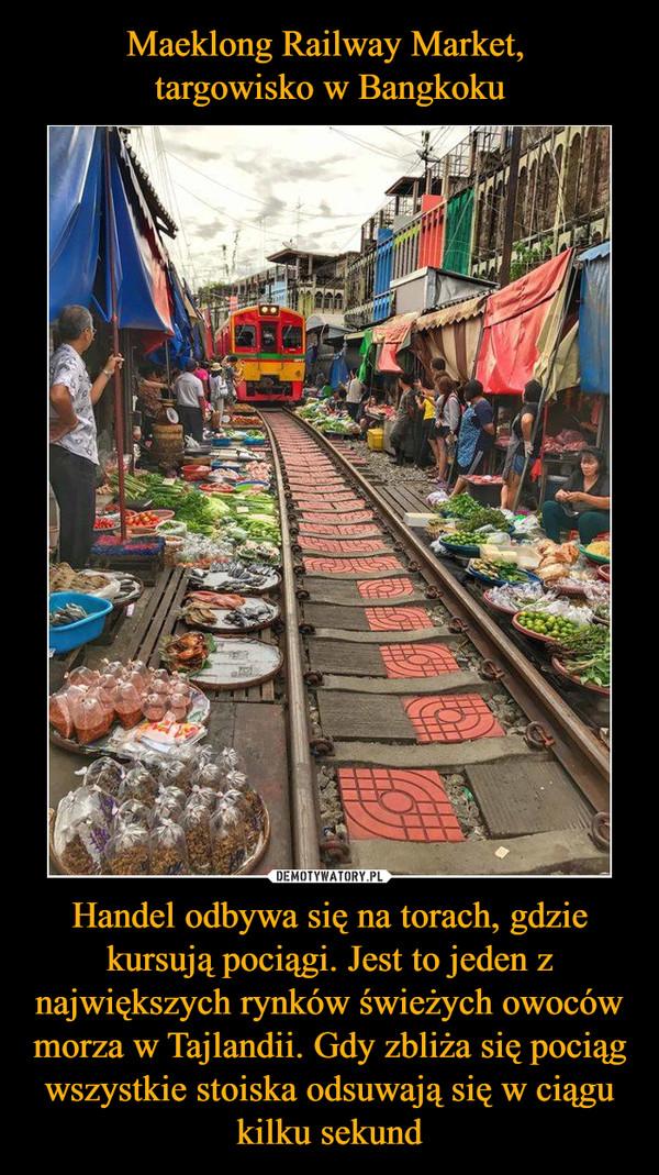 Handel odbywa się na torach, gdzie kursują pociągi. Jest to jeden z największych rynków świeżych owoców morza w Tajlandii. Gdy zbliża się pociąg wszystkie stoiska odsuwają się w ciągu kilku sekund –