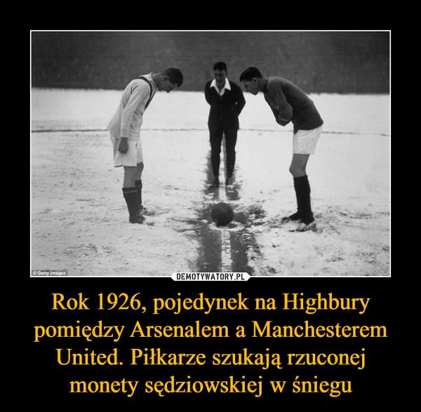 Rok 1926, pojedynek na Highbury pomiędzy Arsenalem a Manchesterem United. Piłkarze szukają rzuconej monety sędziowskiej w śniegu –