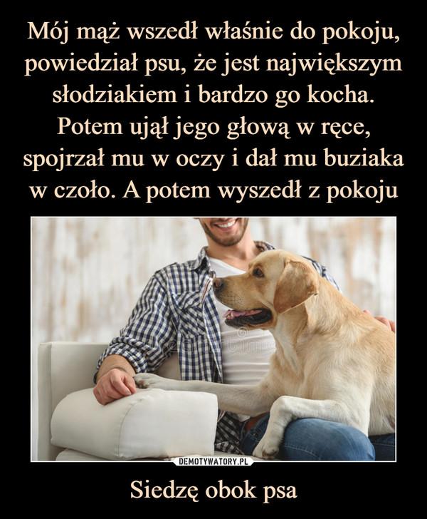 Siedzę obok psa –