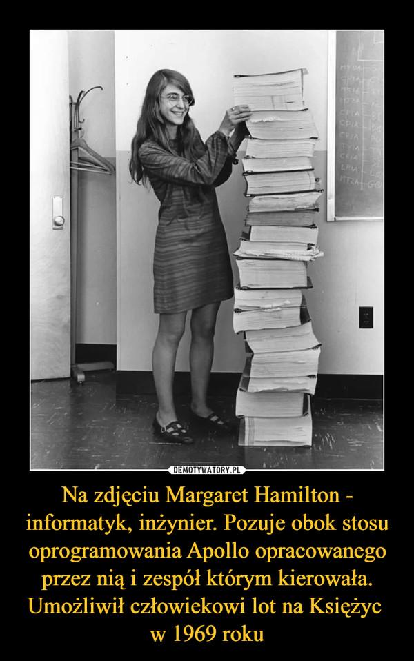 Na zdjęciu Margaret Hamilton - informatyk, inżynier. Pozuje obok stosu oprogramowania Apollo opracowanego przez nią i zespół którym kierowała. Umożliwił człowiekowi lot na Księżyc w 1969 roku –