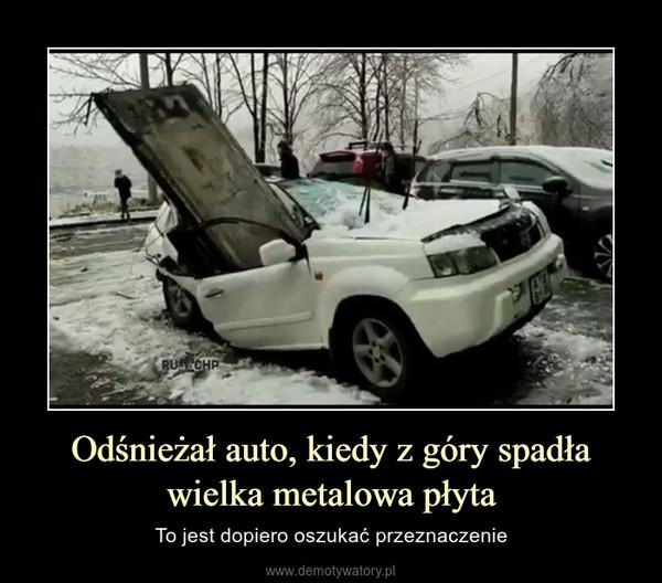 Odśnieżał auto, kiedy z góry spadła wielka metalowa płyta – To jest dopiero oszukać przeznaczenie
