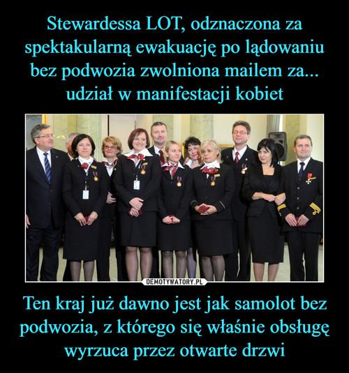 Stewardessa LOT, odznaczona za spektakularną ewakuację po lądowaniu bez podwozia zwolniona mailem za... udział w manifestacji kobiet Ten kraj już dawno jest jak samolot bez podwozia, z którego się właśnie obsługę wyrzuca przez otwarte drzwi