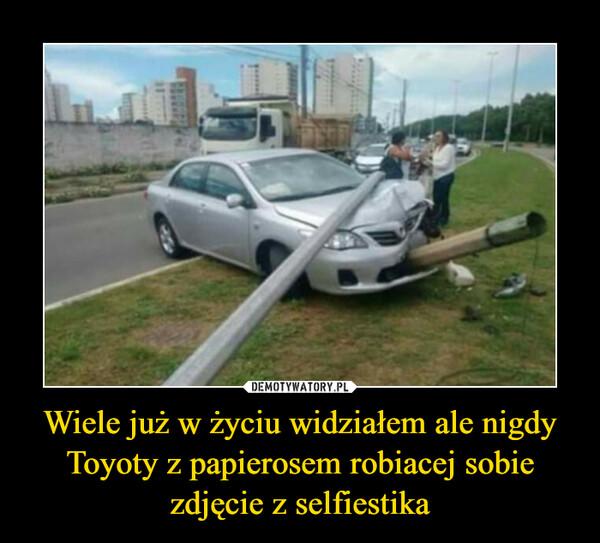 Wiele już w życiu widziałem ale nigdy Toyoty z papierosem robiacej sobie zdjęcie z selfiestika –